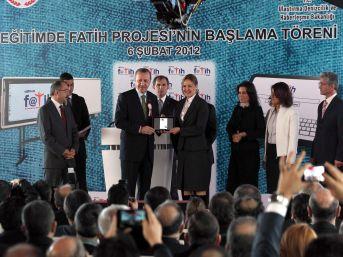 Başbakan Erdoğan, ilk tablet bilgisayarları dağıttı