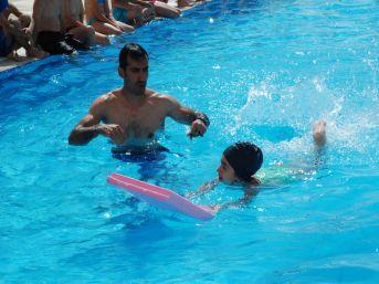 Çocukları Da Düşünen AVM Yönetimi Onlar Için Yüzme Kursu Açtı