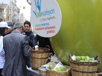 Malnütrisyona Dur Demek İçin Dünyanın En Büyük Yeşil Elması Hazırlandı
