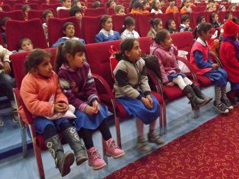 Kars'ta Çocuklar Tiyatro Oyunu Ile Hem Düşündü Hem Güldü