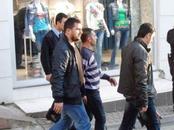 Seyyar satıcı İstanbul'un göbeğinde satırla dehşet saçtı