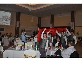 Sandıklı Yeni Yıla 10.yıl Marşı Eşliğinde Pasta Keserek Girdi