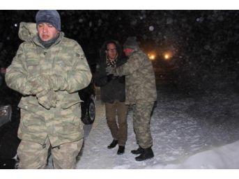 Karda Mahsur Kalanlar Tanklarla Kurtarıldı