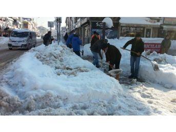 Belediye Ekipleri Karları Temizliyor