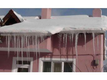 Simav'da Buz Sarkıtlarının Boyu 1 Metreyi Geçti