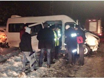 Buzda Kayan Minibüs İstinat Duvarına Çarptı: 3 Yaralı