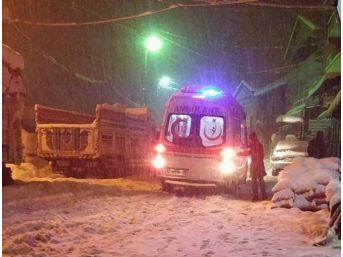 Kar Küreme Aracı Köprünün Demirlerine Takıldı: 2 Yaralı