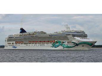 Kuşadası'na Yılın İlk Turist Gemisi Geldi