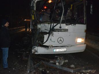 İşçileri Taşıyan Otobüs Buzda Kaza Yaptı