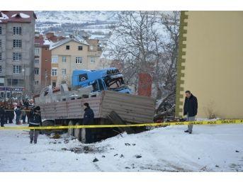 Sivas'ta Tır Ağaca Çarptı: 1 Ölü