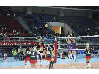 Bayanlar Voleybol Derbisinde Kazanan Galatasaray Daikin Oldu