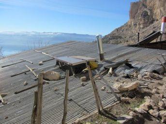 Ermenek'te Kaya Parçaları Evin Çatısına Düştü