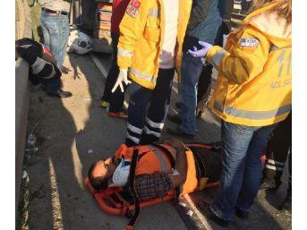 Motosiklet, Kaza Yapanlara Yardıma Giden Işçilerin Arasına Daldı: 5 Yaralı