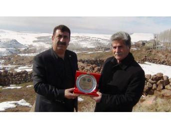 Genel Başkan Çelik'ten Eski Muhtara Manevi Ödül
