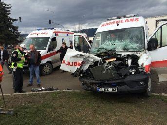 Bolu'da Hasta Taşıyan Ambulans, Traktörle Çarpıştı