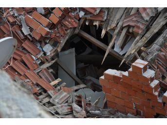 3 Katlı Apartmanın Çatısı Tek Katlı Evin Üstüne Göçtü, Evde Uyuyan 4 Kişi Canını Zor Kurtardı