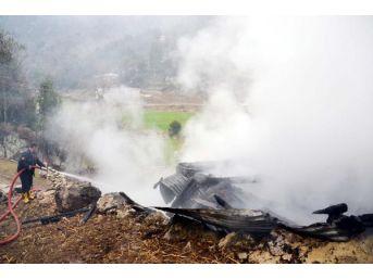 Samanlıkta Çıkan Yangın 3 Saatte Söndürüldü