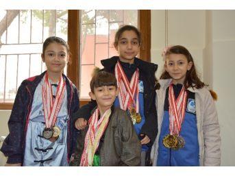 Başarılı Sporcular Ödüllendirildi