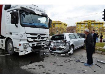 Tır, Otomobile Çarptı: Üç Yaralı