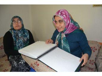 Dinini Braille Alfabesiyle Yazılan Kitaplardan Öğreniyor