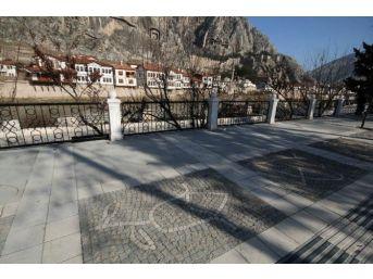 Amasya'daki Kaldırımlara Elma Ve Laleli Süsleme