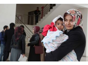 Uzaktan Eğitimle Çocuk Gelişimi Ve Yaşlı Bakımını Öğreniyorlar