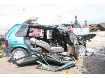 Kamyonet Otomobile Çarptı: 2 Ölü, 3 Yaralı