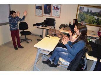 Engelli Eğitmenden 'işaret Dili' Eğitimi