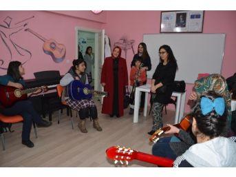 Vali Öztürk'ün Eşi Emine Öztürk'ten Gençlik Merkezine Ziyaret