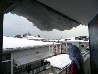 Hava Isındı, Çatılarda Biriken Karlar Saçaktan Sarktı
