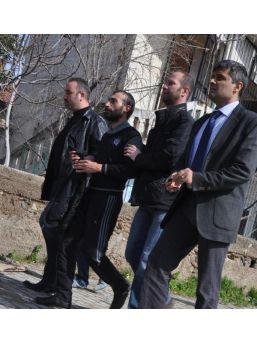 Aranan Hükümlü, Polisi Kapıda Görünce Çatıya Çıktı