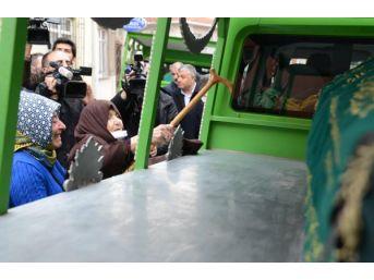Otobüsün Altında Kalarak Ölen Iki Kadın, Son Yolculuklarına Birlikte Uğurlandı