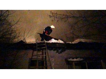 Kars'ta Itfaiyecilerin Yangınla Birlikte Kar Mücadelesi