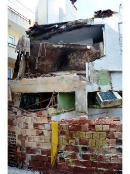 Yıkım Çalışması Sırasında Iki Katlı Bina Çöktü: 1 Ölü, 5 Yar...