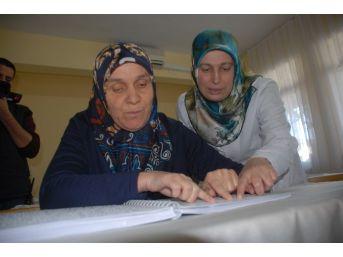 Fethiye'de Görme Engelli Bayan Kuran'ı Braille Alfabesiyle Öğreniyor