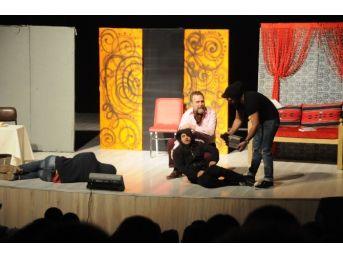 'pembe Aslında Siyahtır' Tiyatro Gösterisi Beğeni Topladı