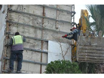 Kuşadası'ndaki Dev Atatürk Heykeline Onarım Yapılıyor