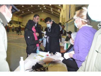 337 Kaçak Göçmen Spor Salonunda Sağlık Kontrolünden Geçirildi