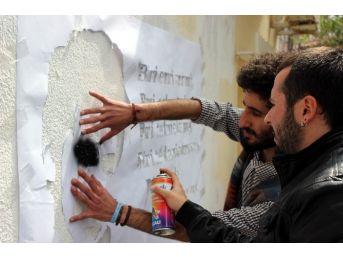 Dilek Feneri, Eylem Yapan Öğrencilerin Elinde Yandı