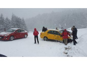 Buz Pistine Dönen Uludağ Yolu'nda Araçlar Yoldan Çıktı