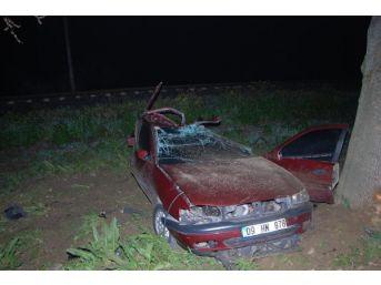Ağaca Çarparak Duran Otomobilinde Ağır Yaralandı