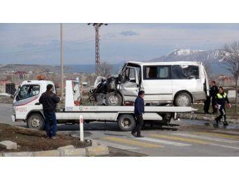 Tır'la Minibüs Çarpıştı: Sekiz Yaralı
