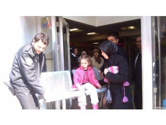 Ptt'de Sıra Bekleyen Küçük Kızın Bacağı Sandalyeye Sıkıştı, İtfaiye Seferber Oldu