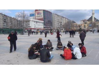 Toplum Gönllüleri Cacabey Meydanında Kitap Okuma Etkinliği Yaptı