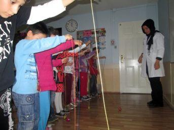 Küçükçekmeceli Çocuklar Dokuz Taş Oynuyor