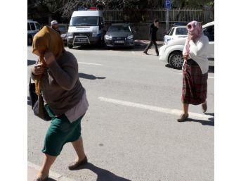 Otostopla Fuhuş Yapan 3 Kadına Gözaltı