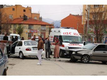 Seydişehir'de Otomobiller Çarpıştı: 2 Yaralı