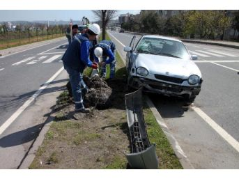 Lastiği Patlayan Otomobil Direğe Çarptı: 3 Yaralı