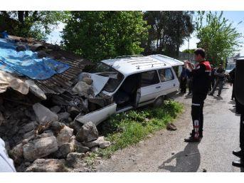 Yaşlı Adam Otomobiliyle Evin Duvarını Yıktı