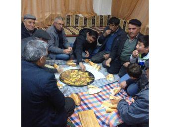 Emekliler İlk Maaşları İle Köylülerine Kutlama Yemeği Veriyor